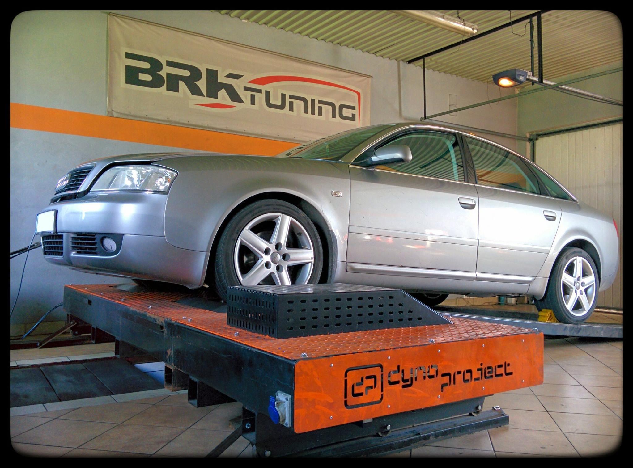 Audi A6 w trakcie diagnozy na hamowni