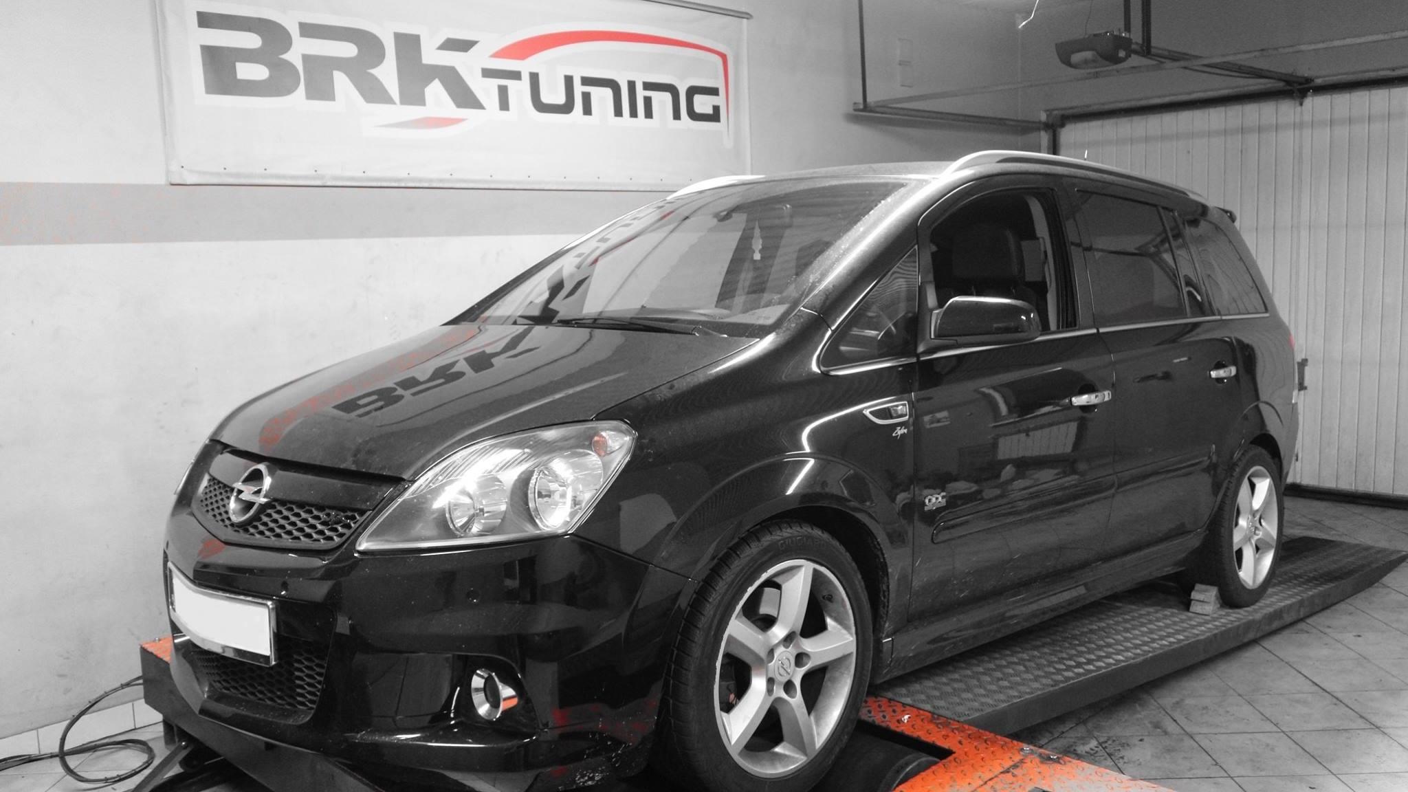 Opel Zafira w trakcie diagnozy na hamowni